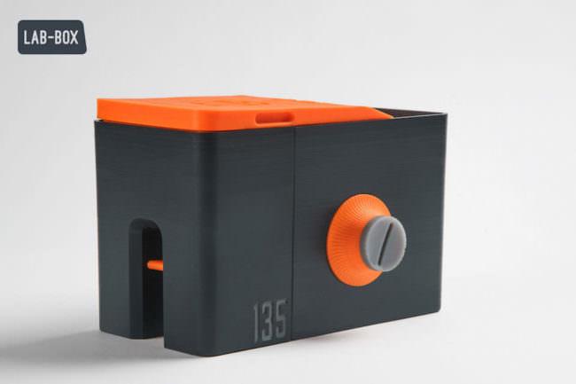Eine Plastikbox zur Fotoentwicklung.