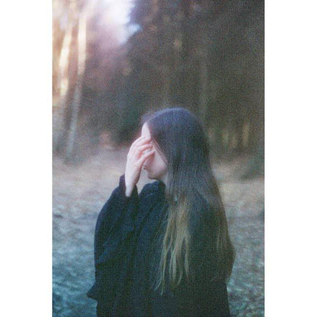 Frau mit Hand vor dem Gesicht