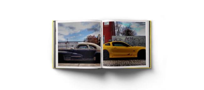 Offene Doppelseite eines Fotobuches über Autos.