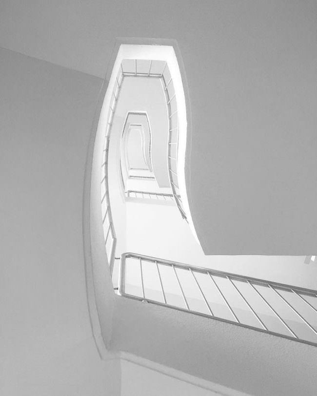 Ein Treppenhaus von unten.