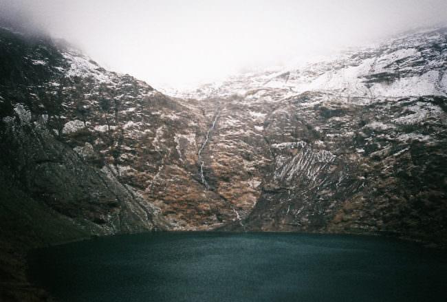 Ein See vor einem Bergpanorama