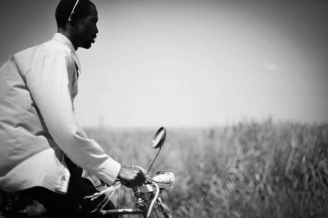 Ein Mann fährt auf einem Fahrrad.