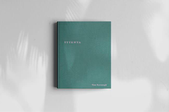 Grünes Buch, das auf weißem Grund liegt.