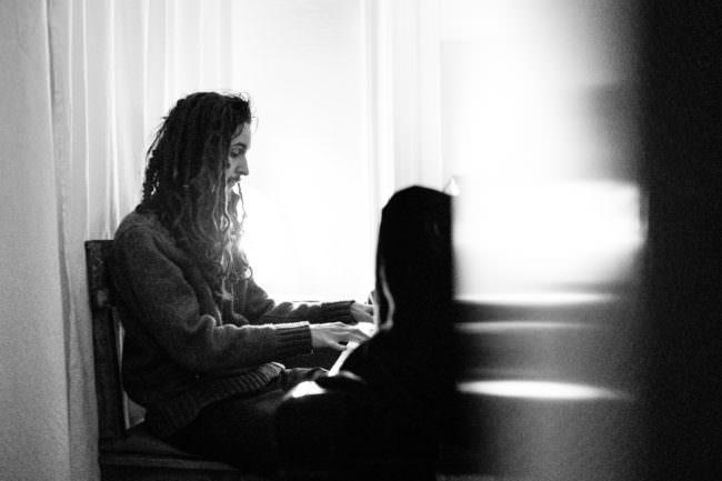 Eine Person sitzt an einem Klavier