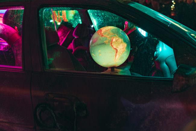 Ein erleuchteter Globus in einem Auto.