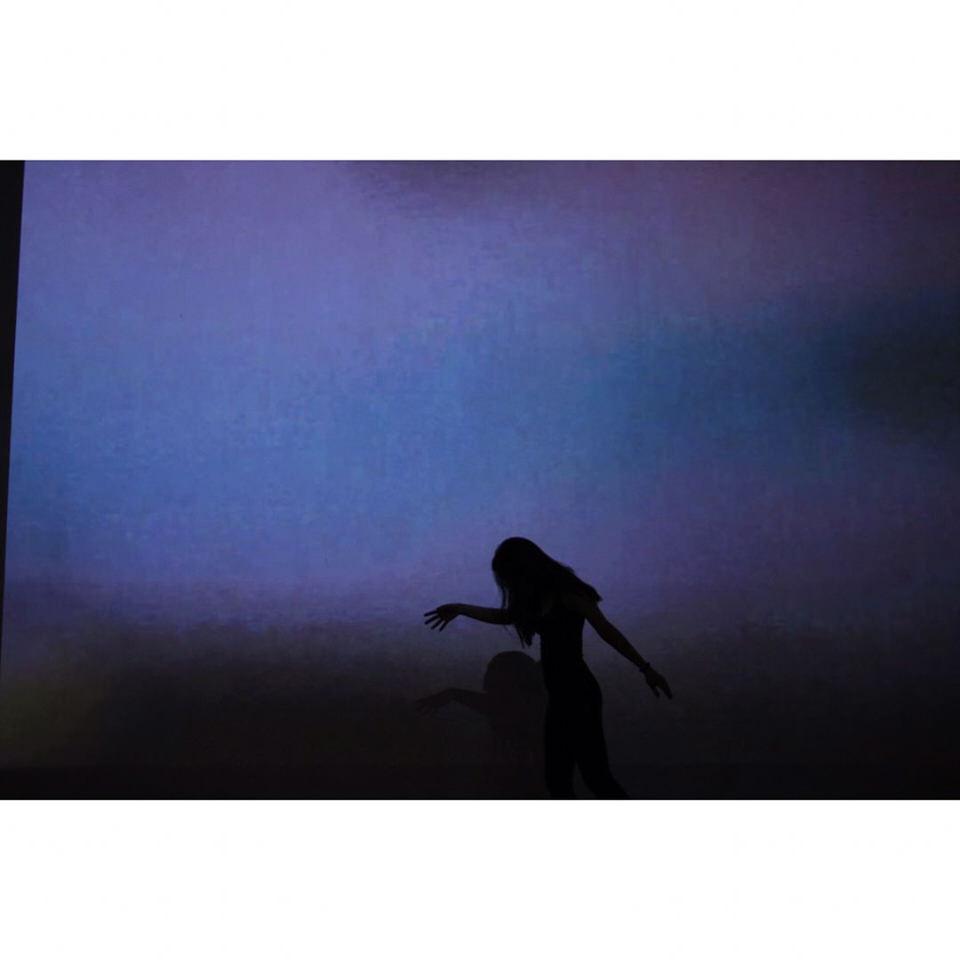 Silhouette einer Person vor blauem Hintergrund