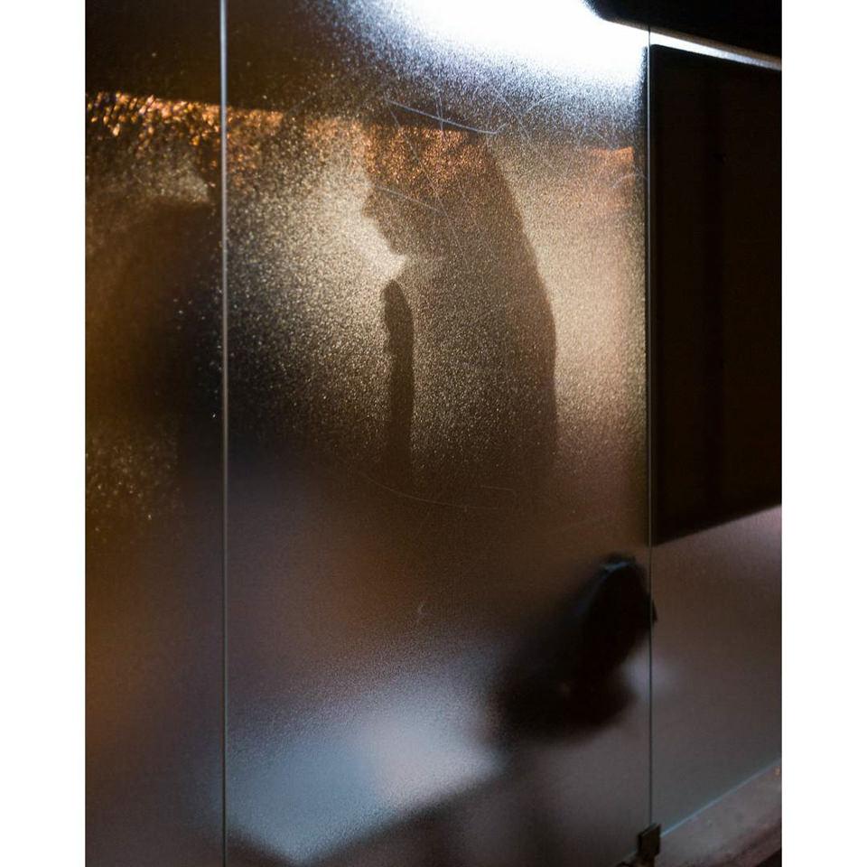 Silhouette einer Person in einer Scheibe