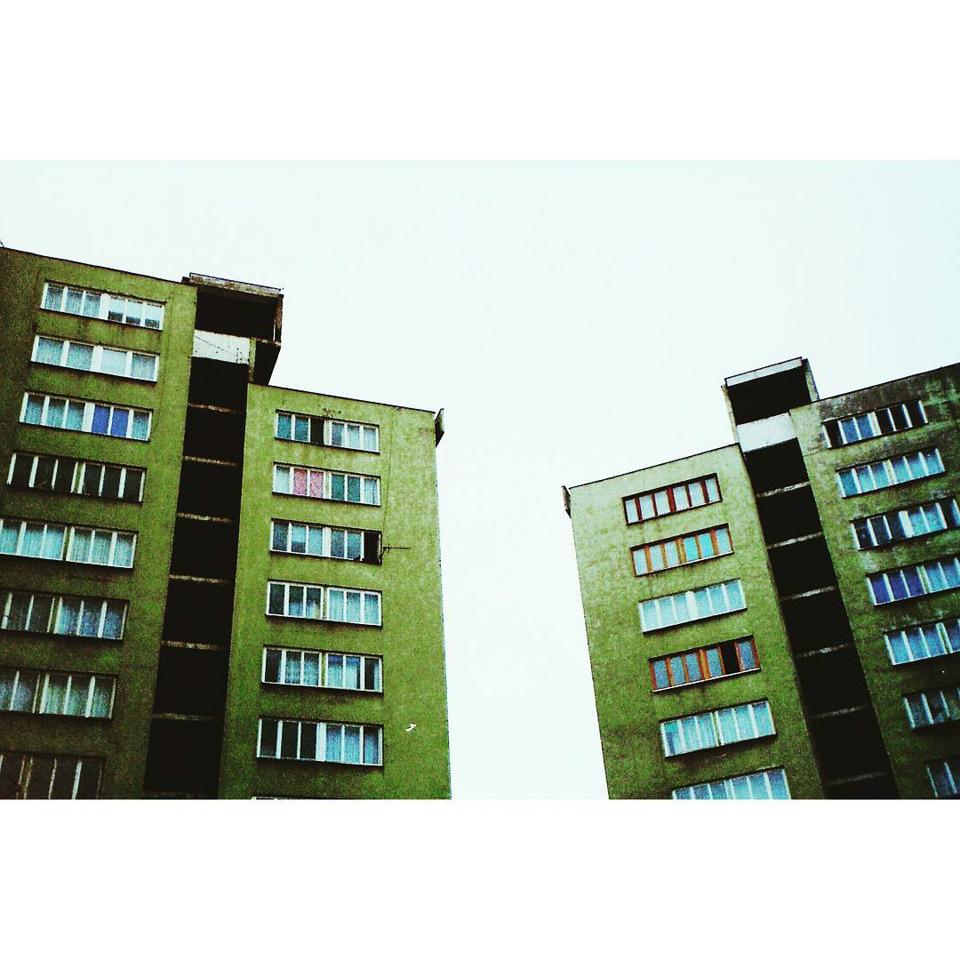 Grüne Häuserblöcke stehen nebeneinander