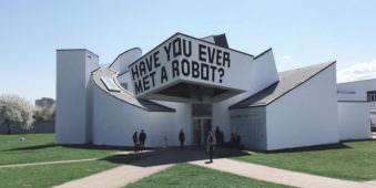 """Auf einem Haus steht """"Have you ever met a robot"""""""
