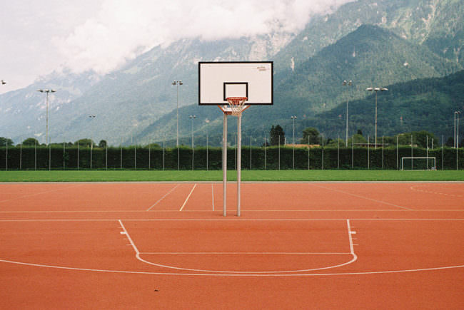 Ansicht eines Basketballplatzes im Freien.
