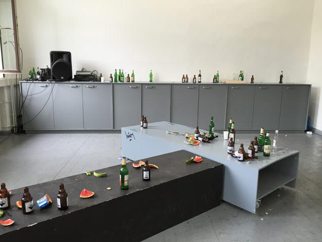 Verlassener Raum mit Tischen und vielen leeren Bierflaschen.