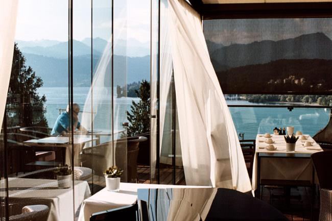 Restaurantansicht mit wehendem Vorhang.