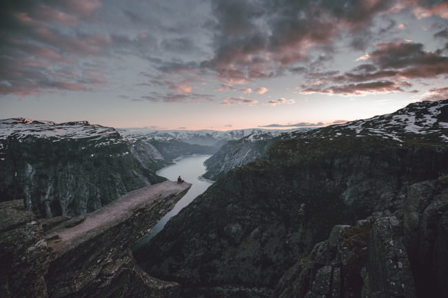 Düstere Berglandschaft mit Fluss.