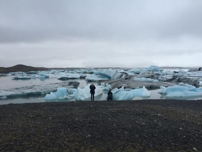 Menschen vor Eisschollen