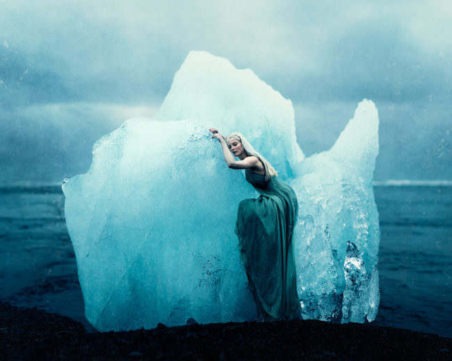 Eine Frau auf einem Eisberg