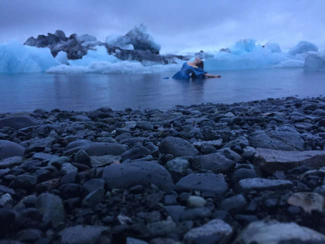Eine Frau im Wasser zwischen Eisschollen