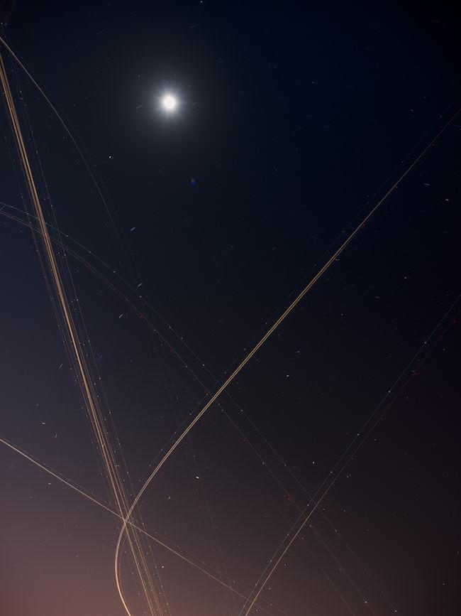 Lichter und Linien am Himmel