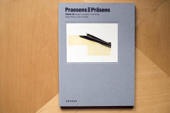 Draufsicht auf Buch mit einer abstrakten Abbildung