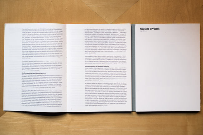 Draufsicht auf ein aufgeschlagenes Buch mit viel Text.