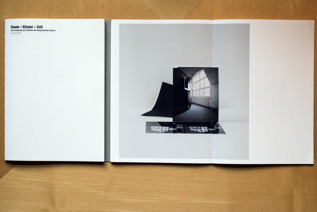 Draufsicht auf ein aufgeschlagenes Buch mit einer abstrakten Abbildung