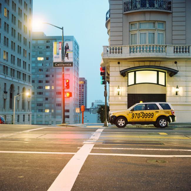 Ein Taxi auf einer Straße