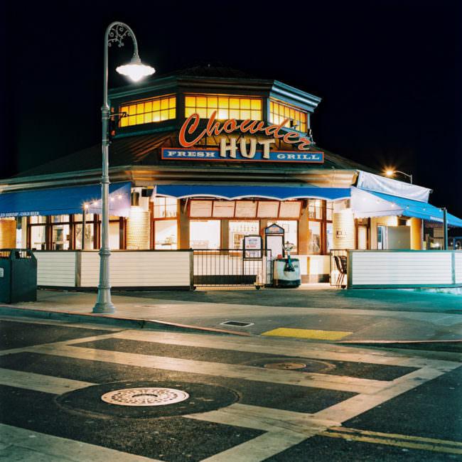 Ein Restaurant bei Nacht