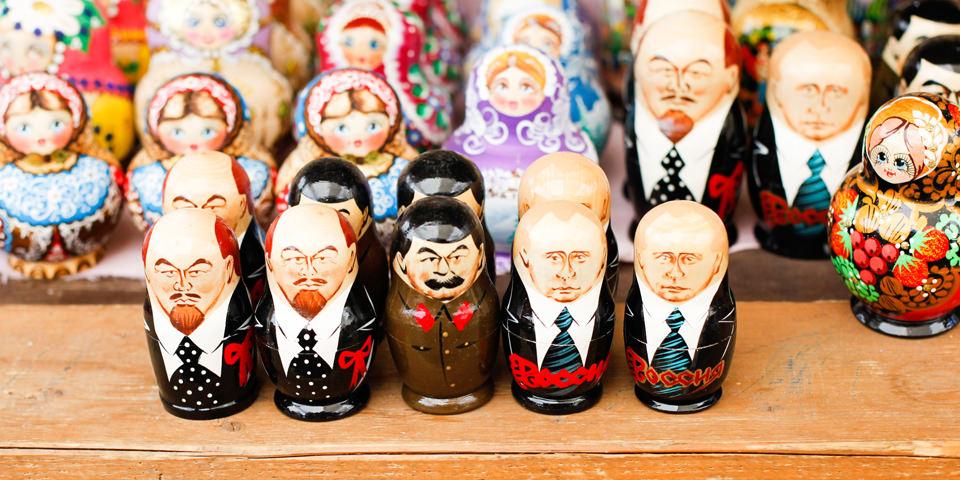 Matroschka Puppen als wichtige Staatsmänner bemalt.