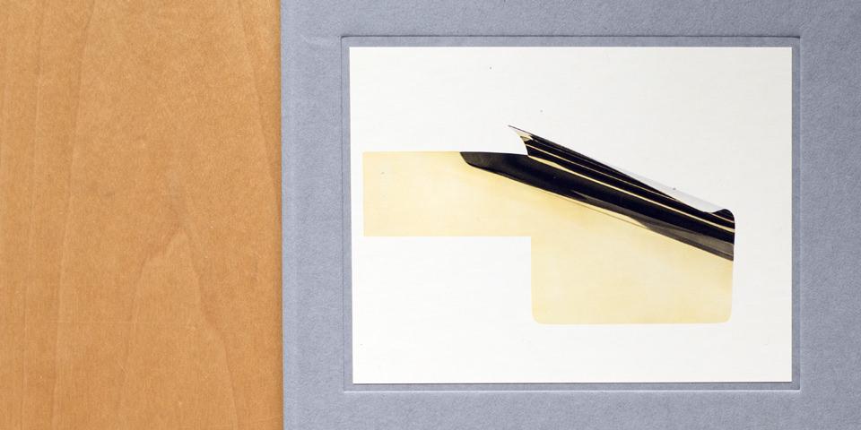 Nahaufnahme einer Abbildung mit einer Holzoberfläche und einem abstrakten Bild