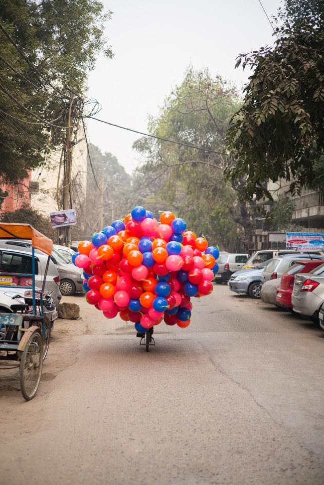 Viele Luftballons auf einem Fahrrad