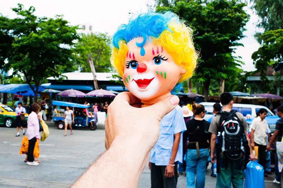 Ein Puppenkopf wird vor eine Person gehalten