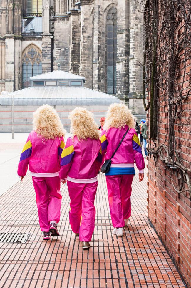 Drei Frauen mit pinken Anzügen