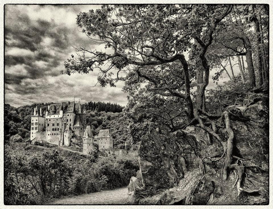 Eine Burg hinter einem schmalen Pfad