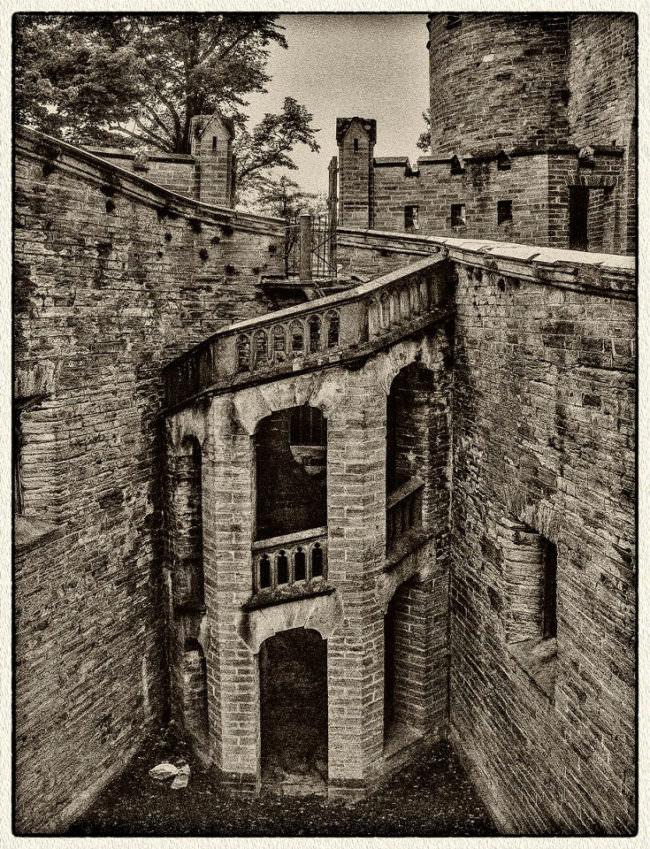 Eine Mauer mit runder Treppe