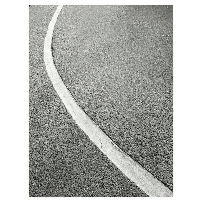 Eine weiße Linie auf Beton