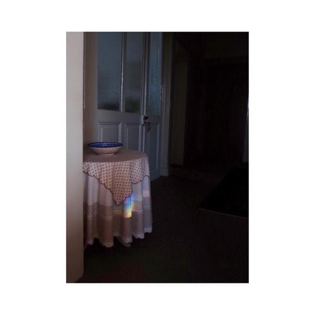 Ein Regenbogen spiegelt sich an einem Tisch