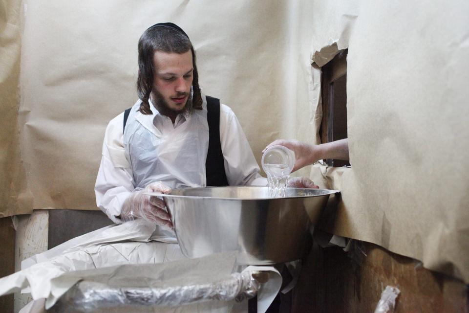 Ein orthodoxer Jude bereitet Matzen für das Pessach-Fest vor