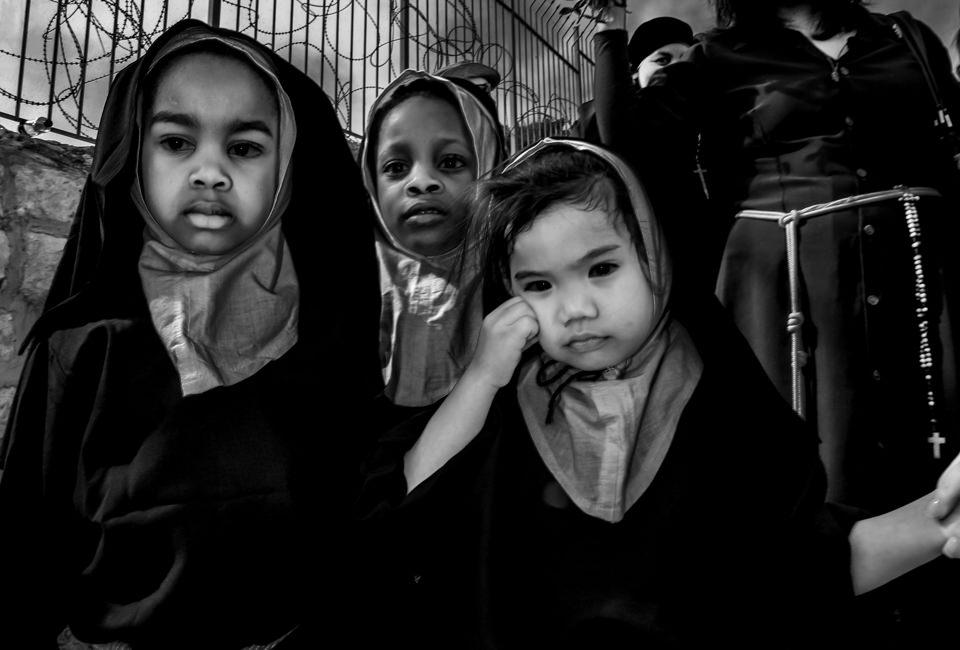 Kinder in orthodoxer Kleidung schauen in die Kamera