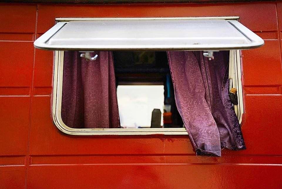 Ein aufgeklapptes Fenster mit Vorhand und einer roten Umrahmung.