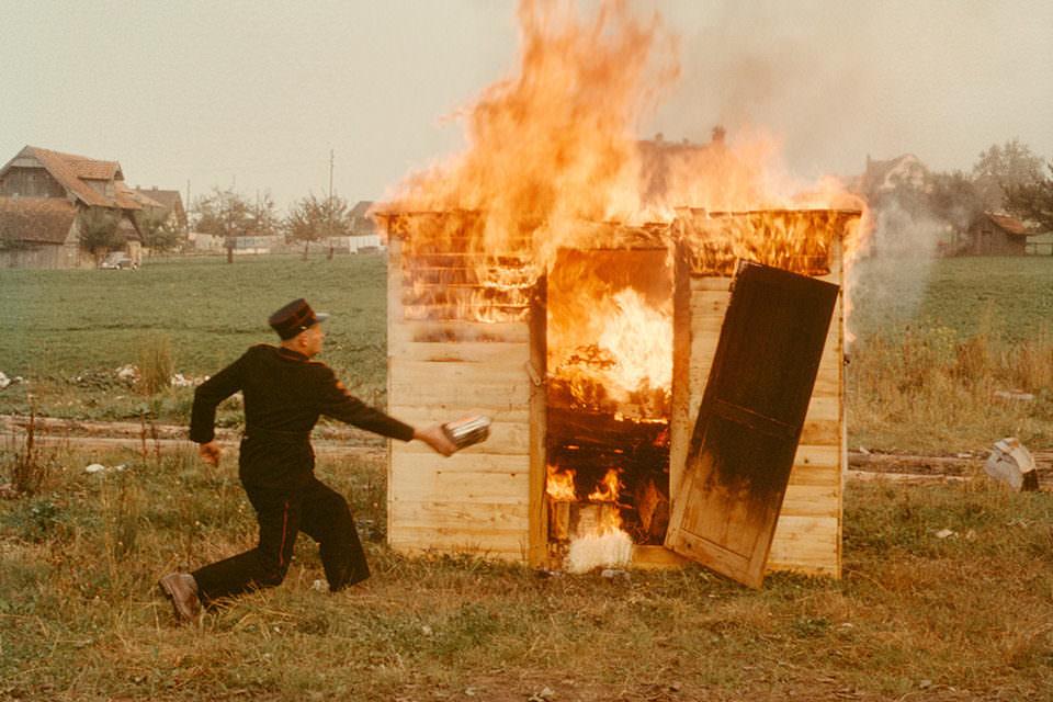 Ein Mann löscht einen Brand