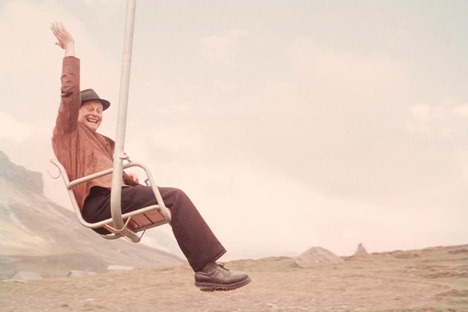 Ein Mann auf einem Sitz winkt