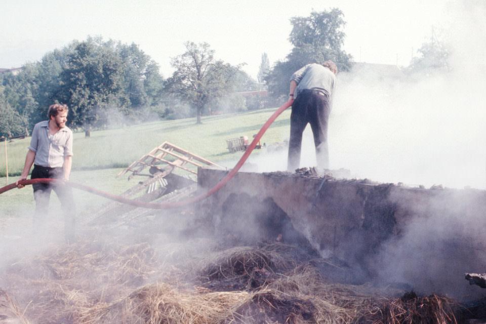 Zwei Personen bei der Landarbeit