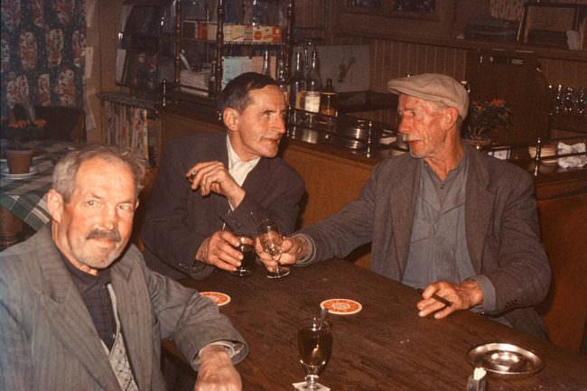 Drei Männer in einer Bar