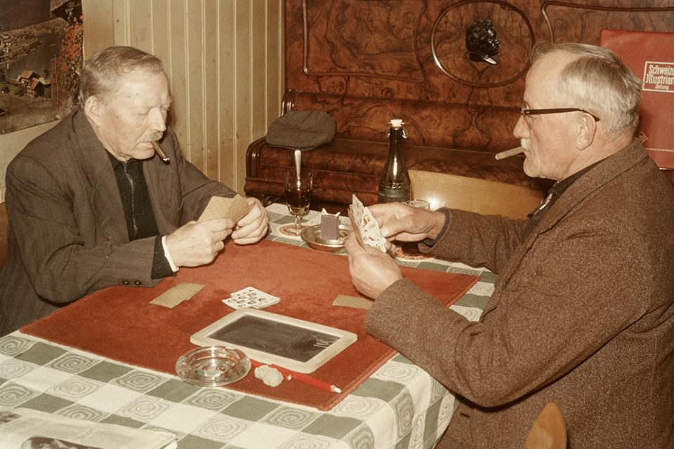 Zwei Männer spielen Karten