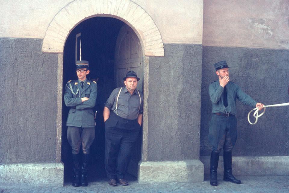 Drei Männer an einem Tor