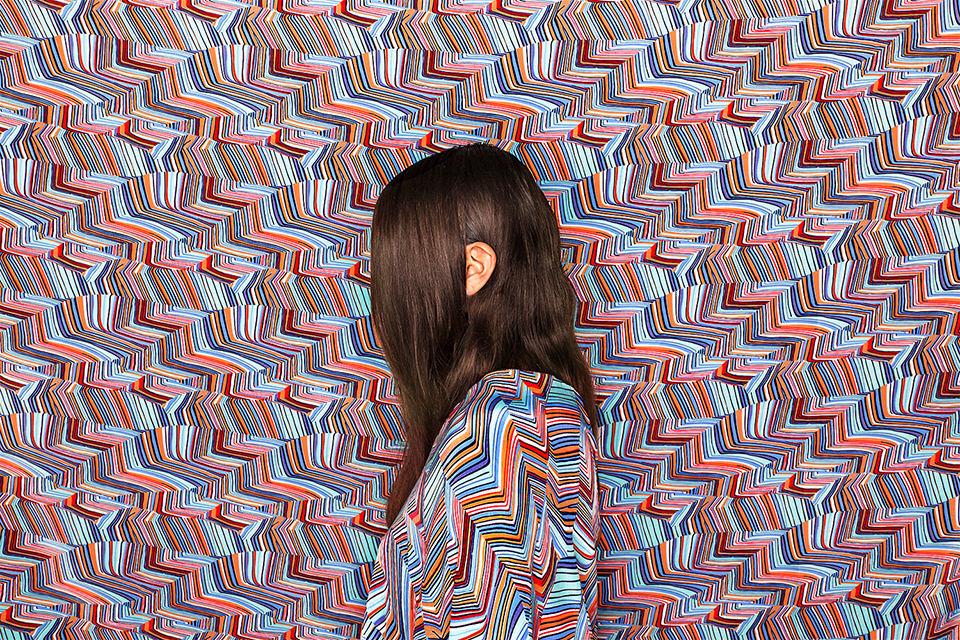 Ein Kopf versteckt zwischen Mustern