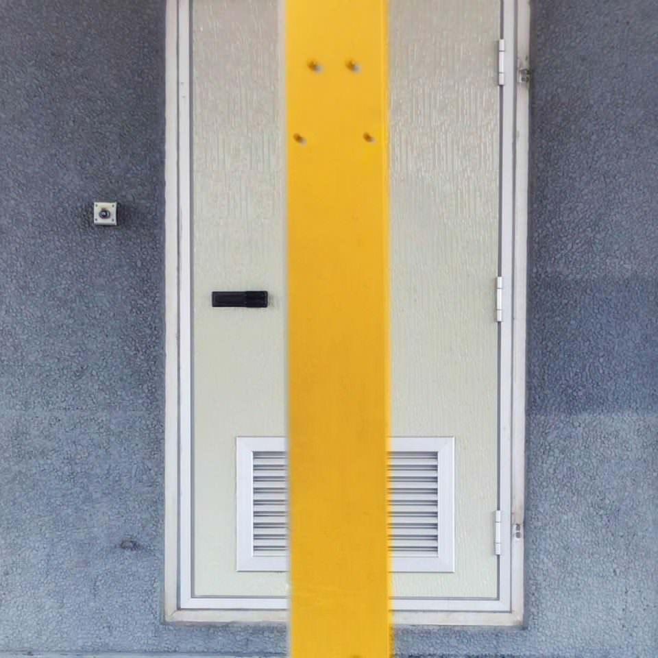 Gelber Balken vor einer Tür.