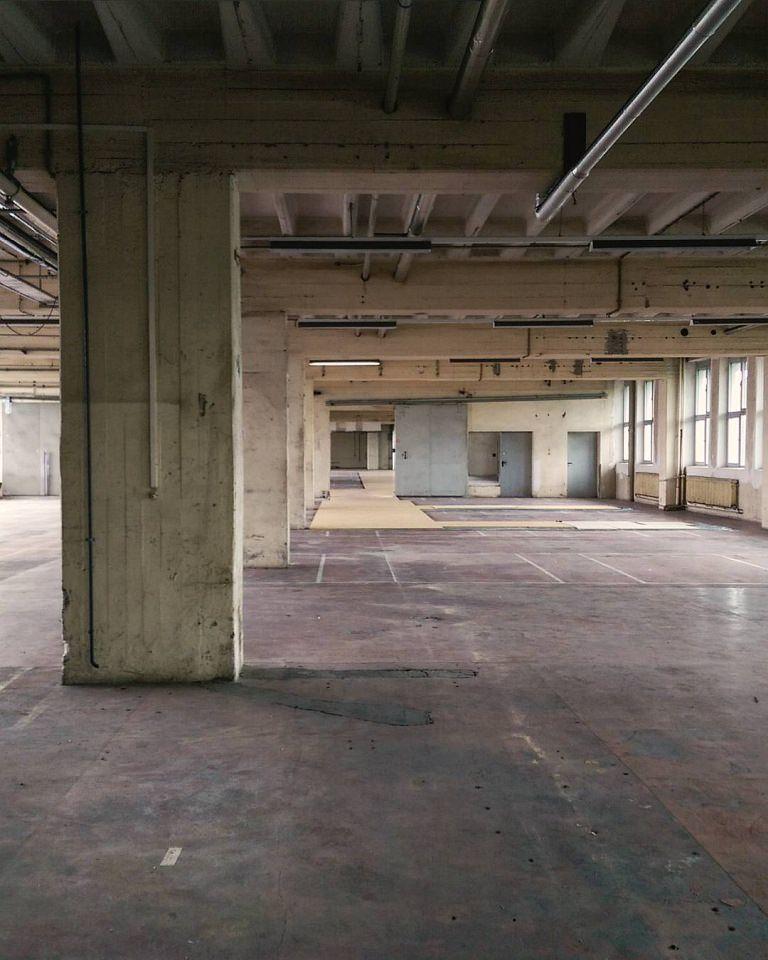 Leere Industriehalle.