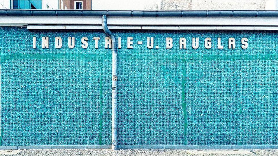 Grellblaue Wand mit Aufschrift Industrie- u. Bauglas.