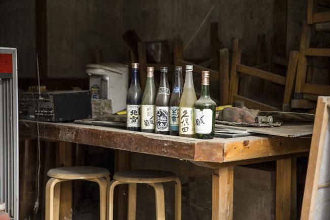 Alte Flaschen auf einem Tisch