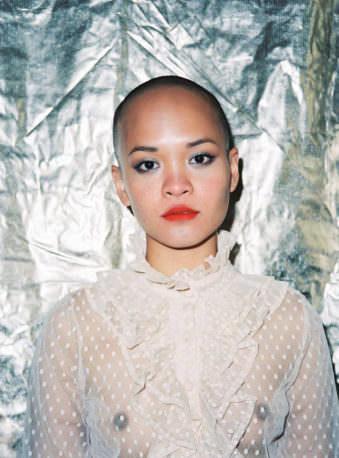 Eine Frau mit transparentem Oberteil